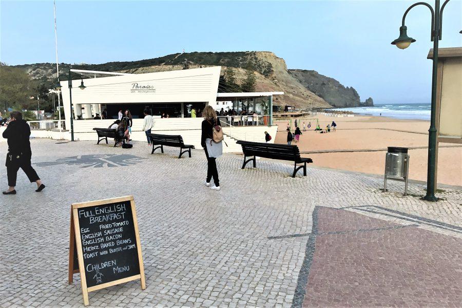 Strandpromenade Praia da Luz mit Restaurant am Felsen