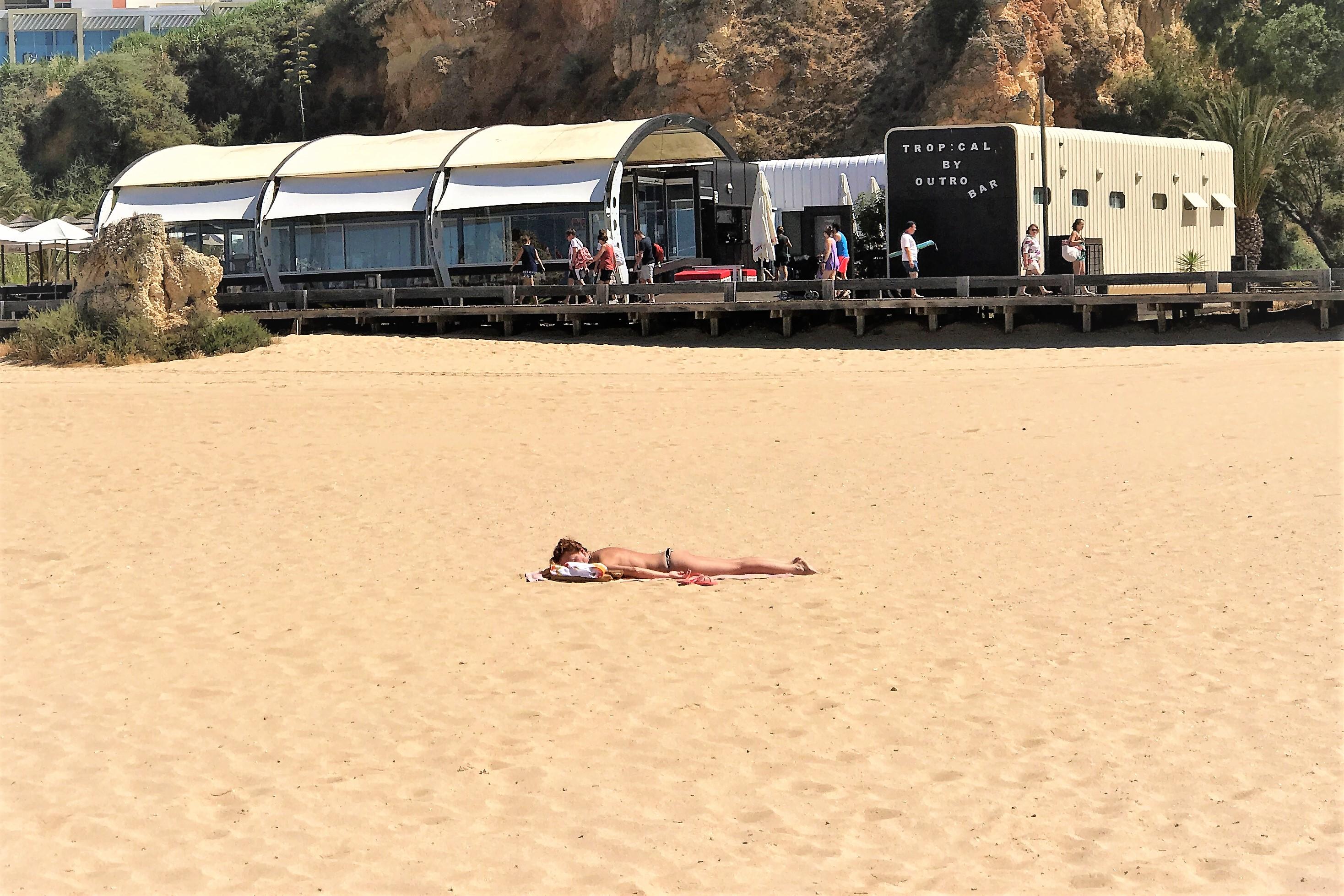 Einsames Sonnenbad am Algarve-Strand