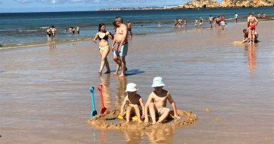 Sonnenschutz im Algarve-Urlaub - gerade für Kinder am Strand wichtig
