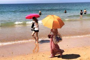 Algarve-News mit Bild von Sonnenschirmen am Strand