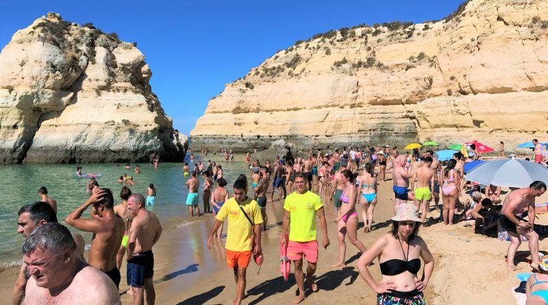 Im Bade-Urlaub an der Algarve überwachte Strände nutzen