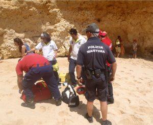 Klippen-Kletterin mit Polizei, Feuerwehr und Rettungssanitätern