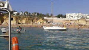 Algarve-News: Gestrandete Segelyacht am Strand von Lagos
