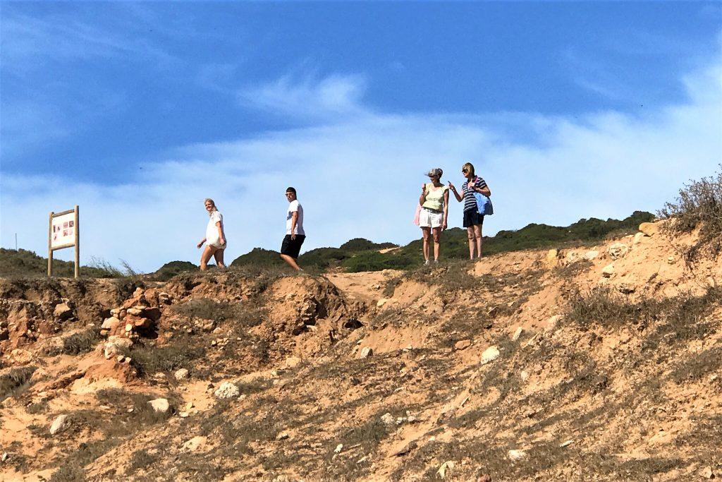 Archäologen an der Algarve werden bei der Arbeit beobachtet