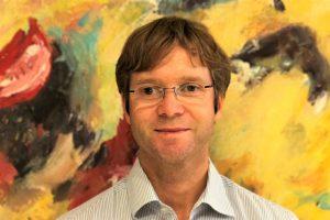 Honorarkonsul Dr. Alexander Rathenau vor Kunstwerk an der Algarve
