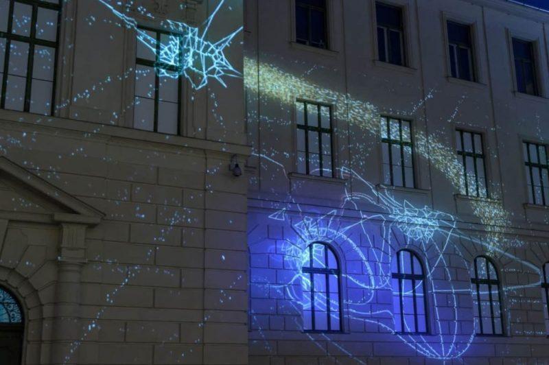 Licht wird beim LUZA-Festival an der Algarve auf Fassaden projiziert