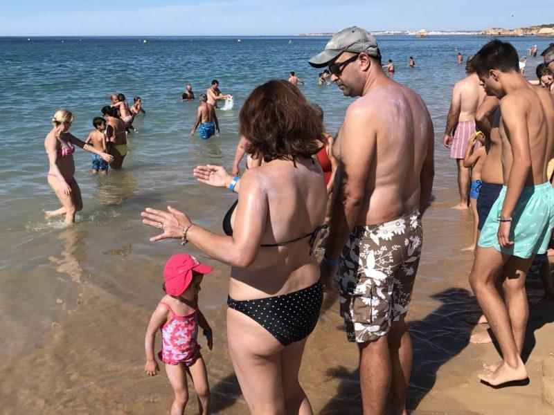 Familienurlaub an der Algarve erfordert guten Sonnenschutz am Strand