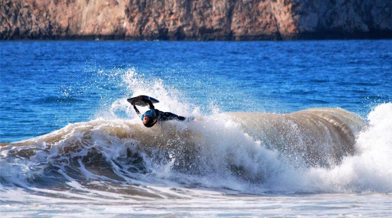 Joana Schenker mit Move beim Bodyboarding an der Algarve