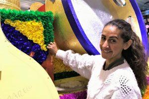 Merkel umgeben von Papierblumen im Karneval der Algarve von Loule