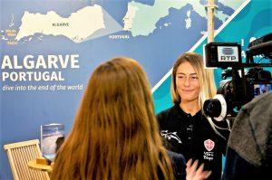 Bodyboard Weltmeisterin Joana Schenker bei Interview mit portugiesischem TV-Sender RTP