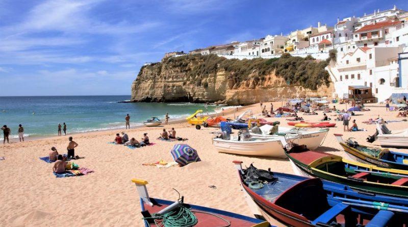 Reisewetter und Reisetipps zur Algarve Strand und Felsen bei Carvoeiro