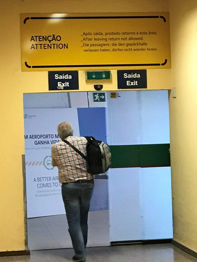 Notfall Übung am Algarve-Flughafen Faro mit seinen Schildern in schlechtem Deutsch