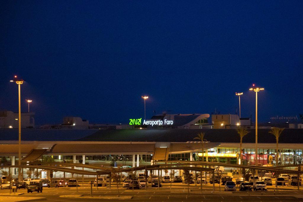 Notfall Übung nachts auf dem Algarve-Flughafen Faro