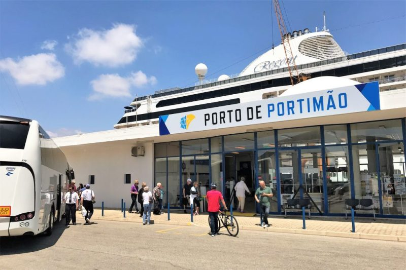 Seven Seas Explorer Kreuzfahrtgäste gingen im Algarve-Hafen von Portimao an Land