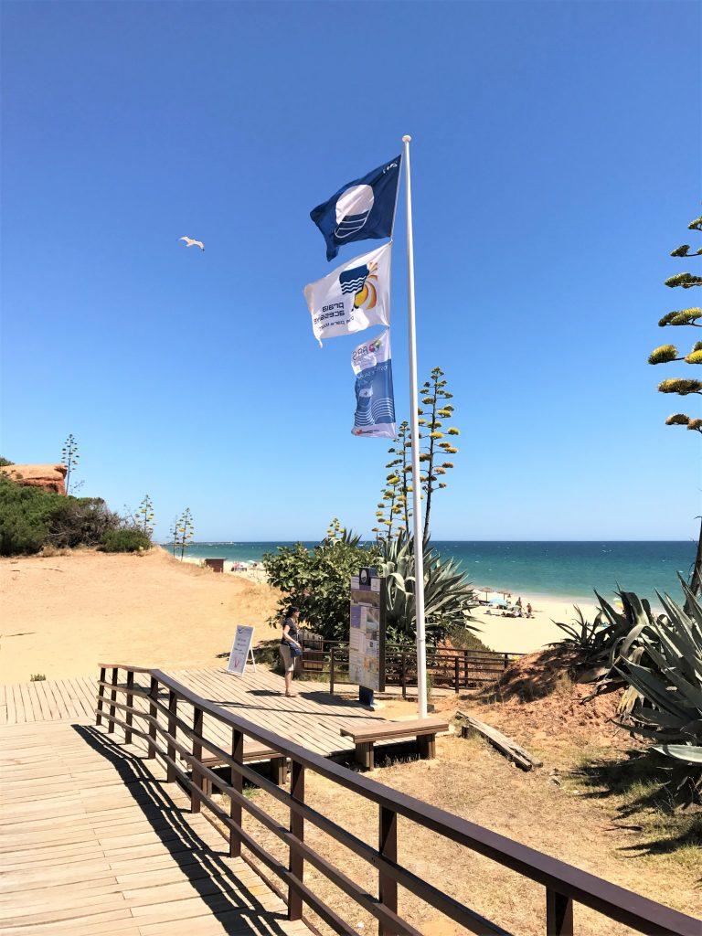 Badequalität wird auch an der Algarve mit der blauen Flagge auszeichnet