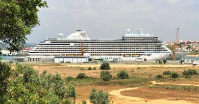 Seven Seas Explorer als Luxus-Kreuzfahrtschiff an der Algarve