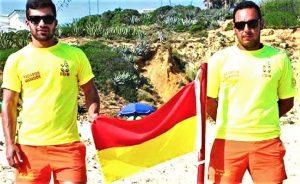 Gesundheit gut geschützt an konzessionierten Algarve-Stränden mit rot-gelber Flagge