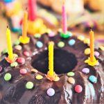 Geburtstagskuchen mit fünf Kerzen