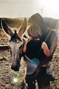 Robert Nestmann bekam für seine Esel auch Stroh gespendet