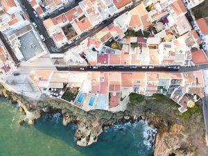 Zweitwohnsitz an der Algarve oft direkt an der Felsküste
